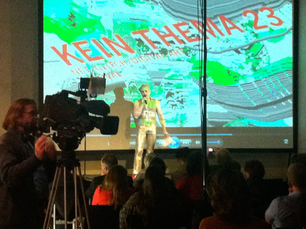 Zoy introduces the KEIN THEMA No.3 event at the Neues Museum in Nürnberg
